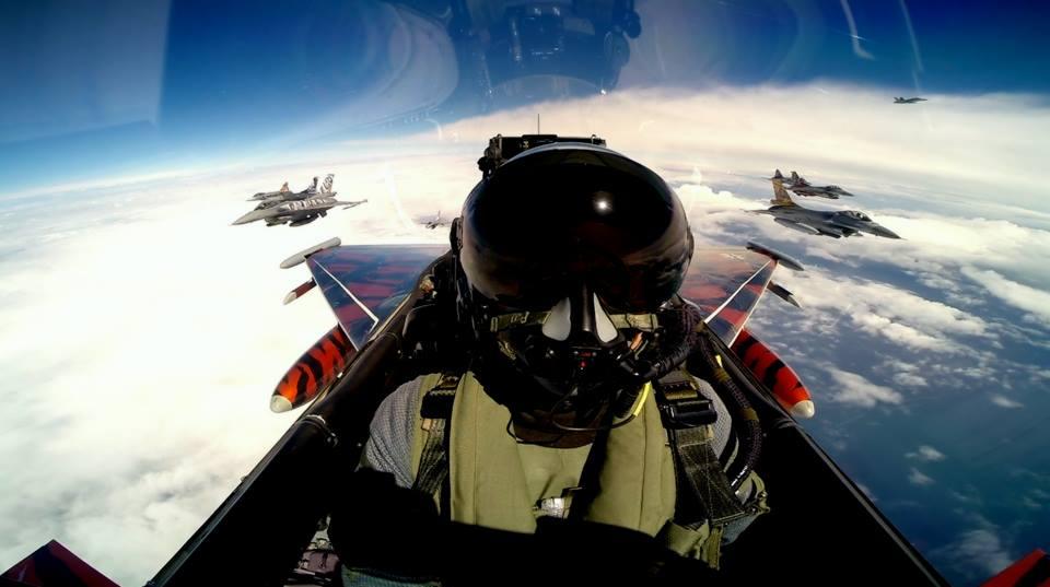 The art of Mid-Air selfies | MiGFlug com Blog